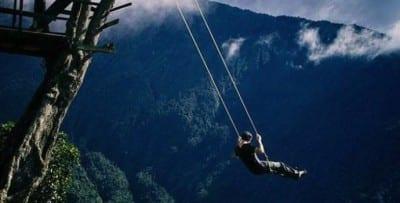 Balanço em precipício é atração para corajosos no Equador