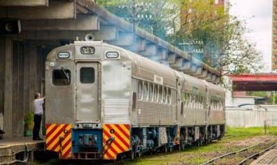 Que tal dar um passeio diferente em Curitiba? Trem de luxo e passeio noturno são opções
