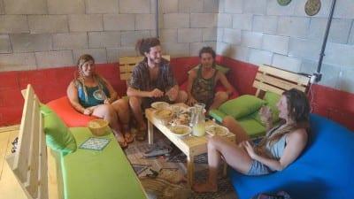 Café em Israel dá desconto a israelenses, palestinos e árabes que dividirem mesa