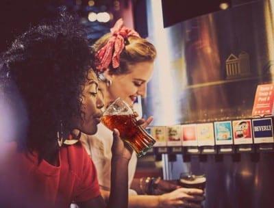 Museu da Coca-Cola disponibiliza mais de 100 sabores de refrigerante para visitantes provarem