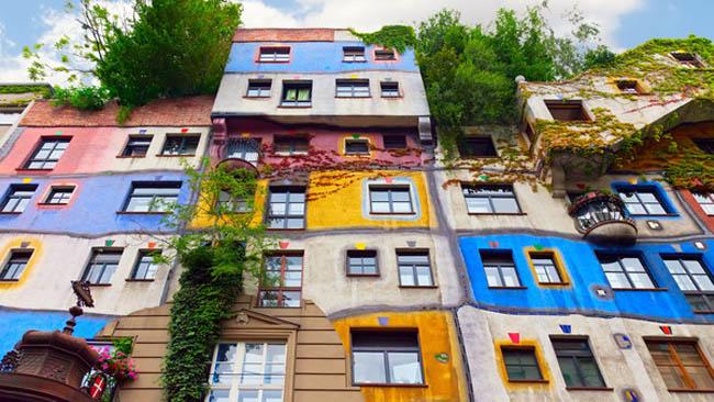 Conheça as cores da curiosa vila Hundertwasserhaus, em Viena