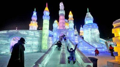 Esculturas gigantes e iluminadas marcam o Festival de Gelo e Neve em Harbin, na China