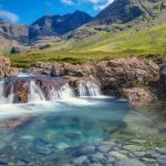 Com águas cristalinas, Piscinas das Fadas atrai fotógrafos e aventureiros para a Escócia