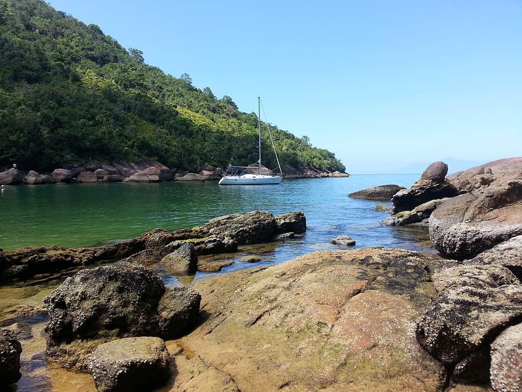 Ilha Anchieta em Ubatuba tem praias lindas e trilhas bem legais